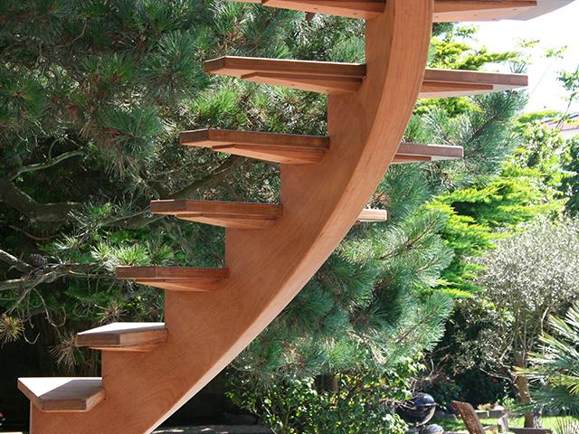 Escalier courbe avec terrasse au dessus de la piscine