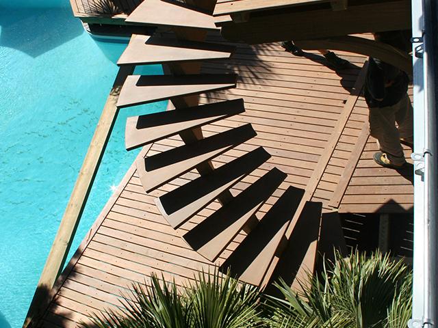 Escalier courbe avec terrasse au dessus de la piscine7